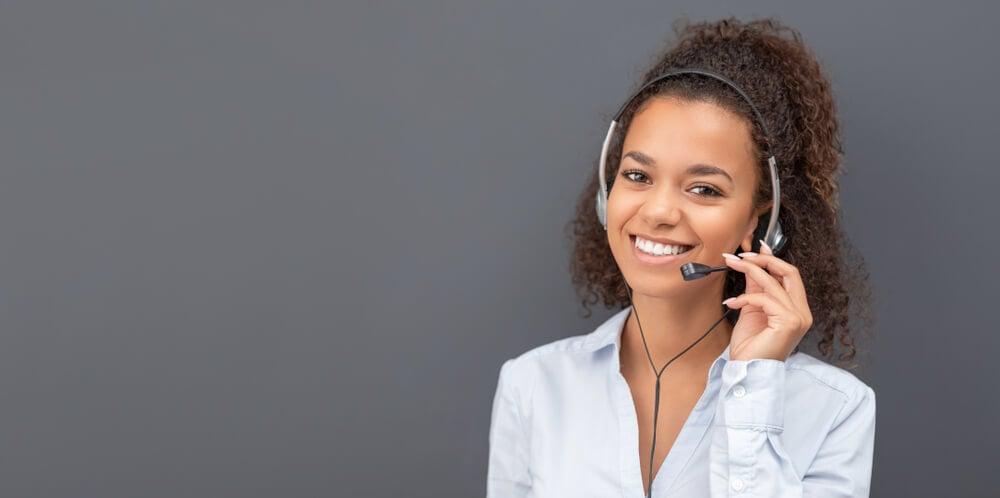 mulher profissional de telemarketing sorridente