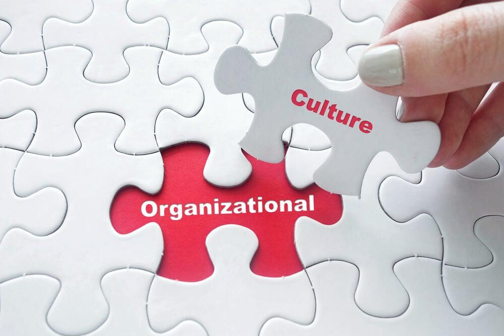 peças de quebra cabeça montando a frase cultura organizacional