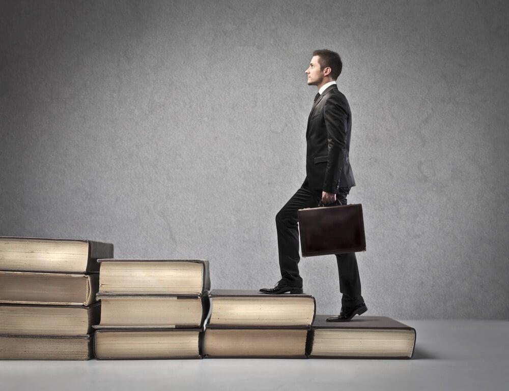 pprofissional do marketing subindo escada feita de livros