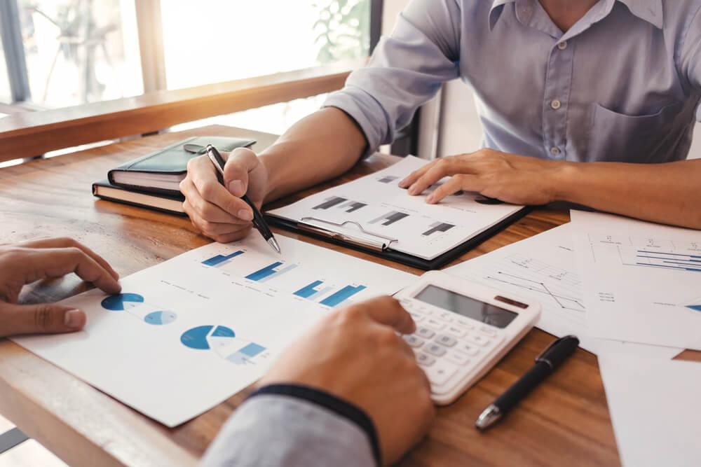 profissionais de B2B trabalhando sobre custos de venda