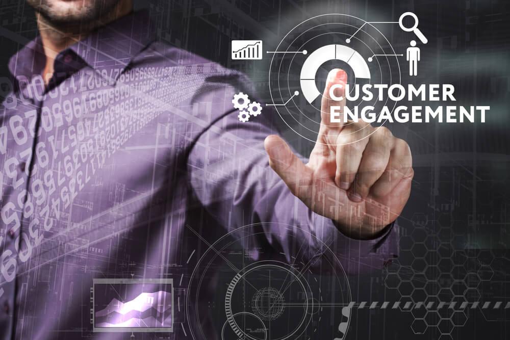 profissional assinalando título engajamento de clientes juntos de símbolos relacionados