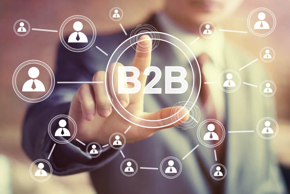 profissional de B2B assinalando ícones interligados