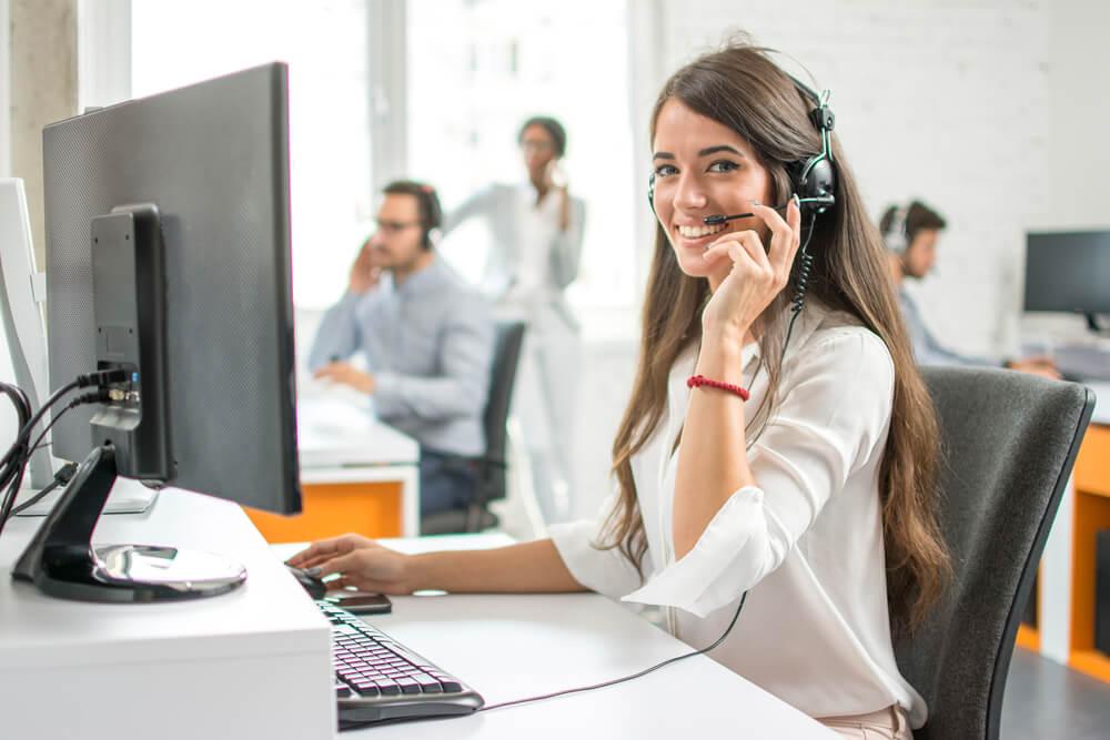 profissional de telemarketing sorridente