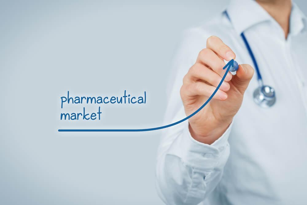 profissional farmaceutico assinalando grafico crescente com título mercado farmaceutico