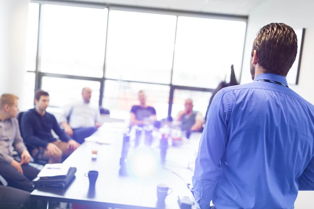treinamento de funcionários auxiliando o aumento de vendas