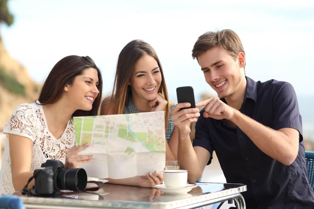 trio de amigos em planejamento de viagem