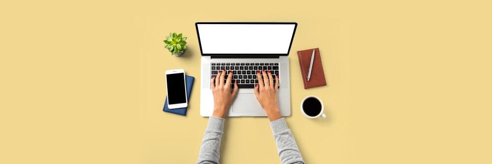laptop com mao feminina