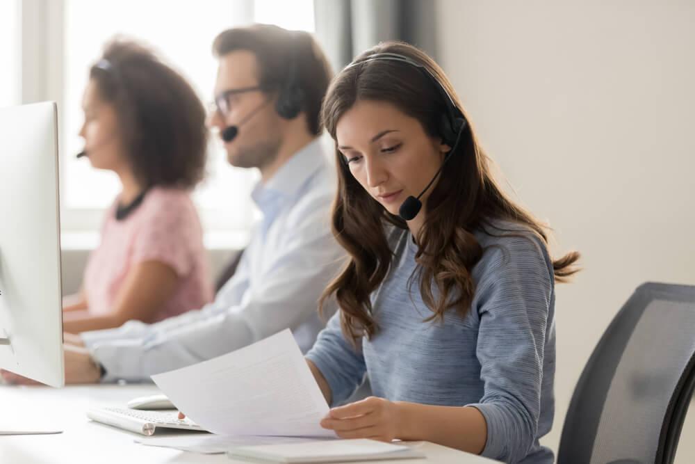 atendente de telemarketing exercendo sua funçao em atendimento ao cliente