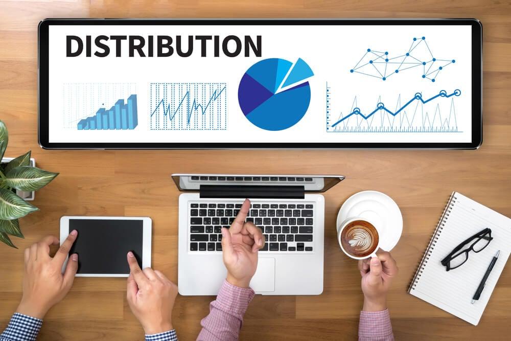 colegas de trabalho conferindo canais de distribuição