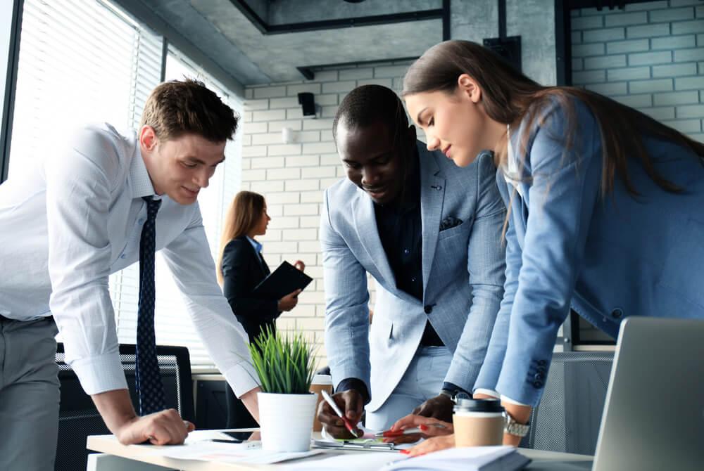 companheiros de trabalho discutindo negocios em escritorio