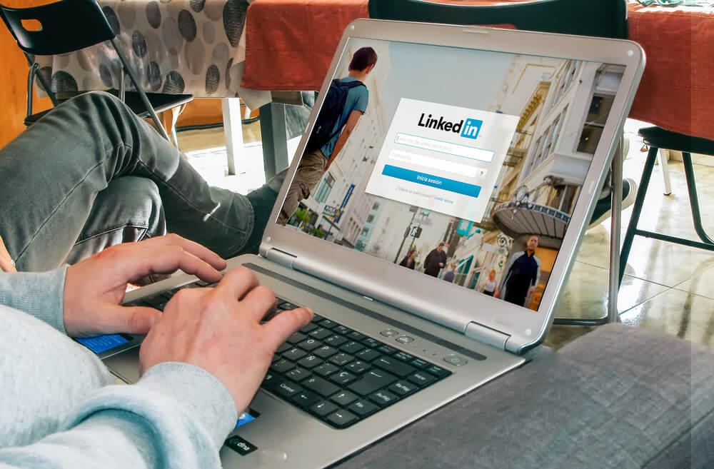 criação do perfil linkedin para empresa através de aptop