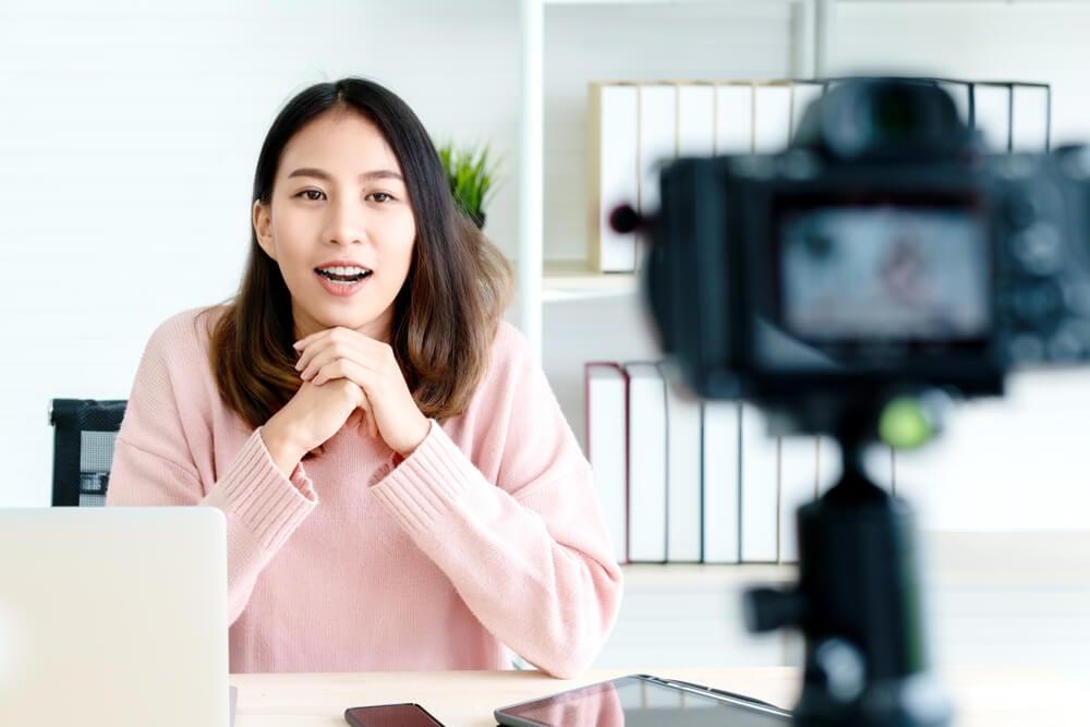 digital influencer criando conteudo de video para plataforma digital