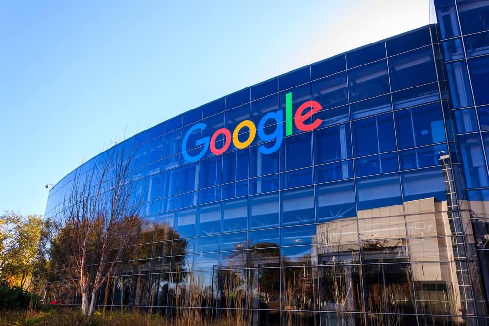 empresa google em local com arvores e ceu azul