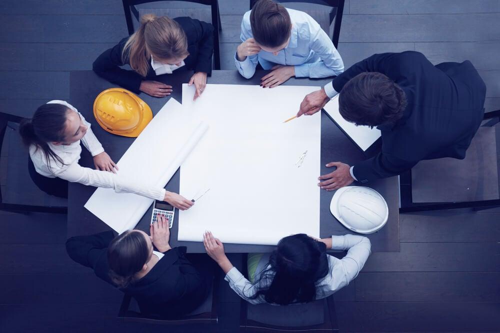 equipe de construção civil em estratégia de marketing