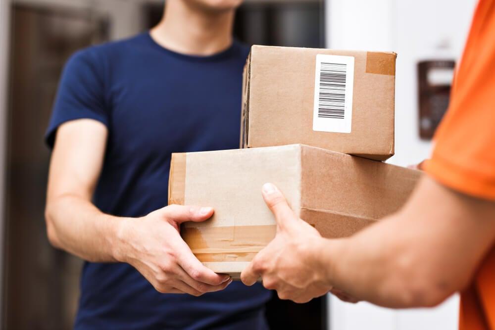 homem recebendo entrega de qualidade em sua residencia