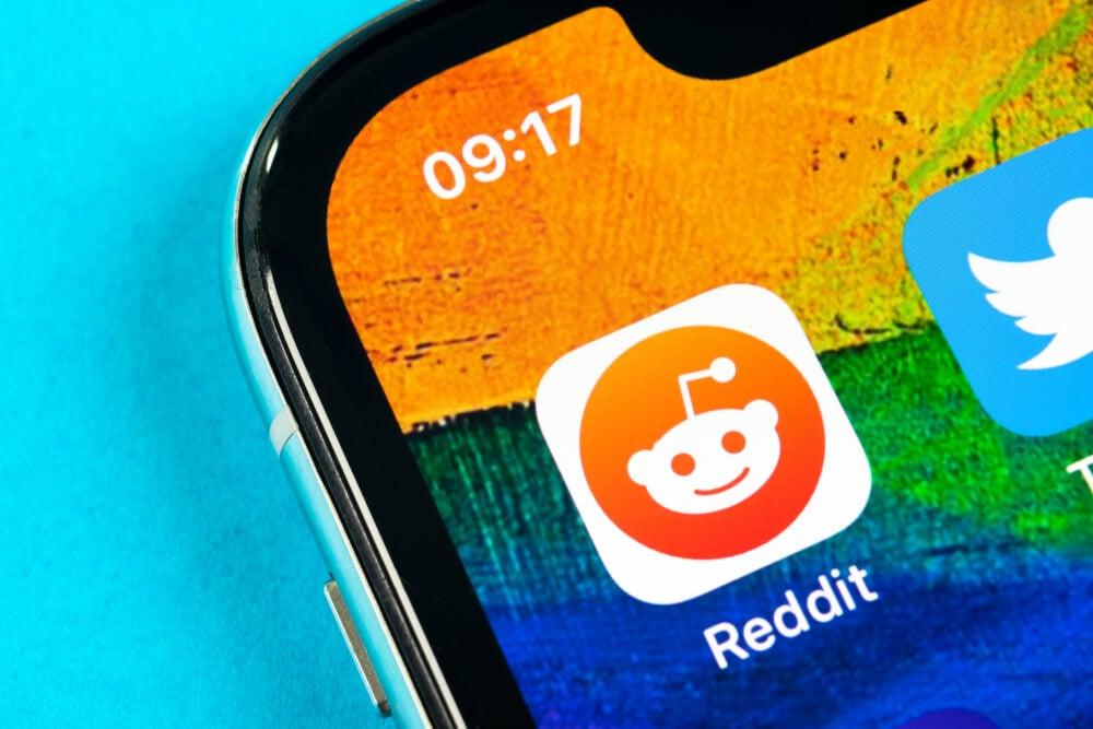 icone de aplicativo reddit em tela de smartphone