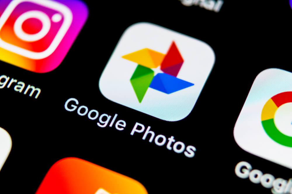 icone do aplicativo google fotos em tela de smartphone
