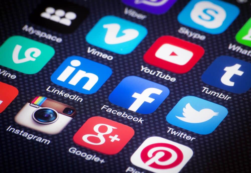 icones de redes sociais em tela de smartphone