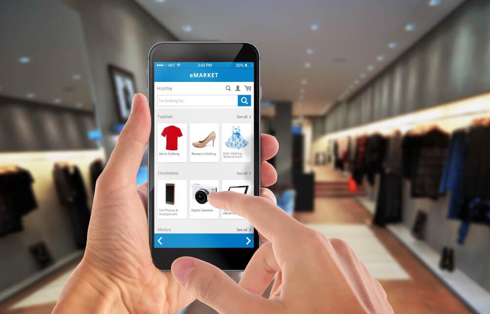 ilustraçao de maos segurando smartphone em pagina de e-commerce
