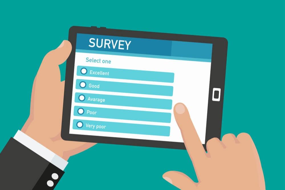 ilustraçao de maos segurando tablet com a palavra survey em tela significando pesquisa de satisfaçao do cliente