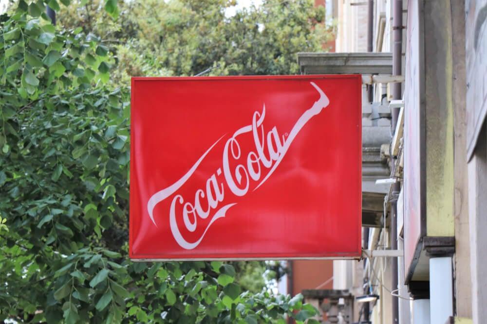 logotipo da marca cocacola em frente a estabelecimento