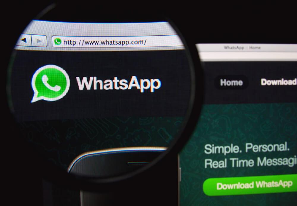 lupa ampliando icone do aplicativo whatsapp em tela de computador