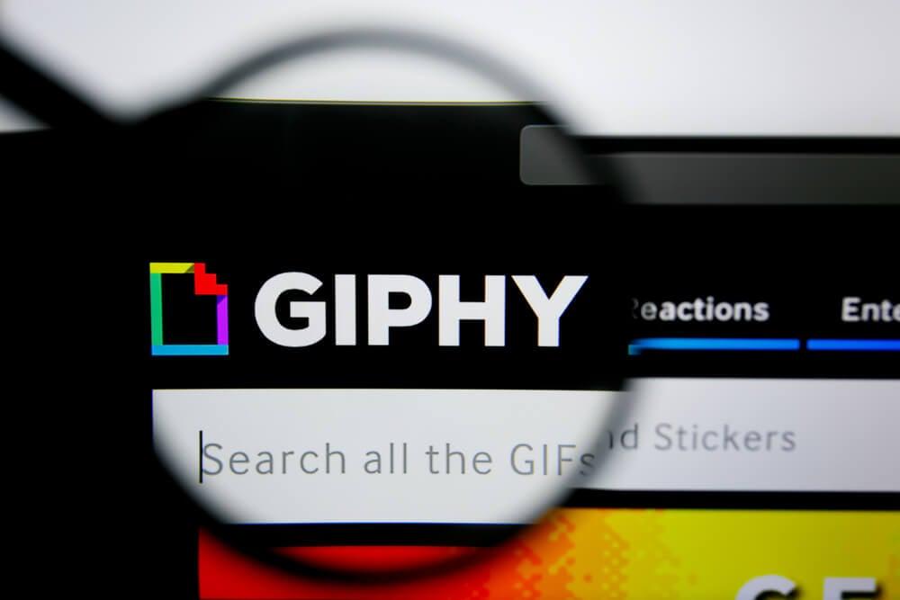 lupa ampliando logo de aplicativo giphy em tela de computador