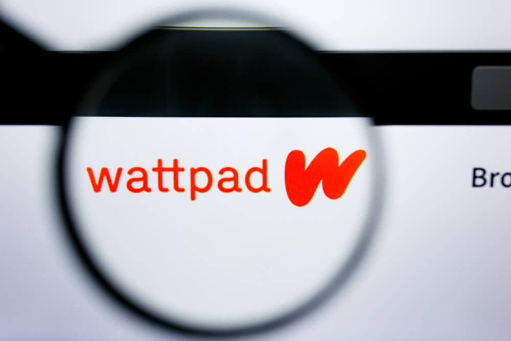 lupa ampliando logo de aplicativo wattpad em tela de computador