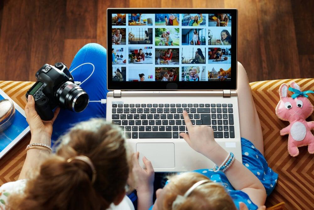 mulheres sentadas em frente a laptop com diferentes thumbnails em tela