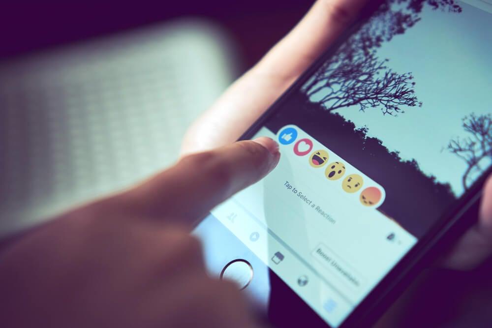 opçao de reaçoes em publicaçao do aplicativo facebook em tela de smartphone