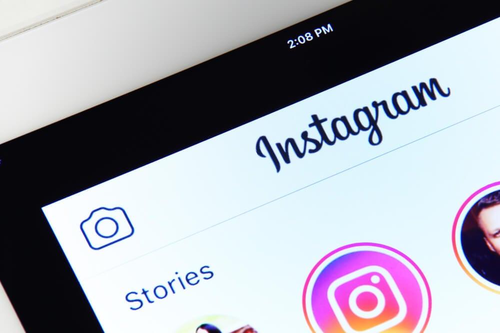 pagina de aplicativo instagram em tela de smartphone