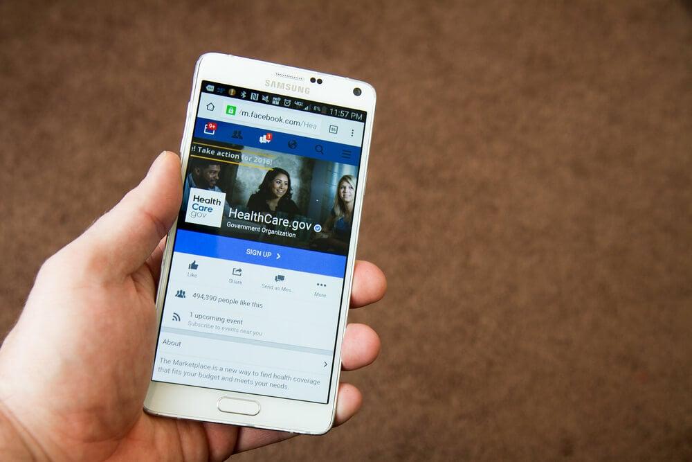 pagina do aplicativo facebook em tela de smartphone