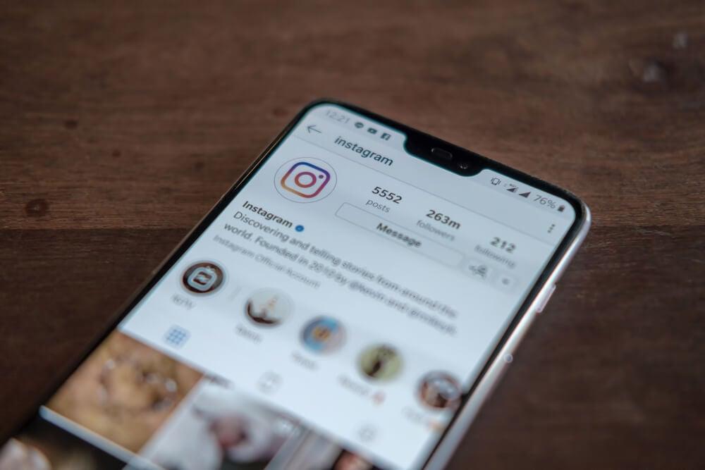 perfil do aplicativo instagram em tela de smartphone