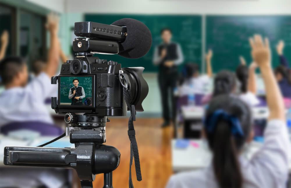 professor em meio a aula gravando vlog de aula para plataforma digital