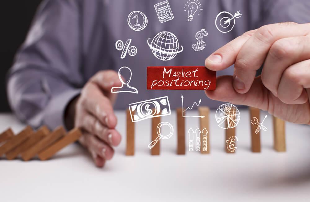 profissional e ilustração sobre posicionamento de mercado