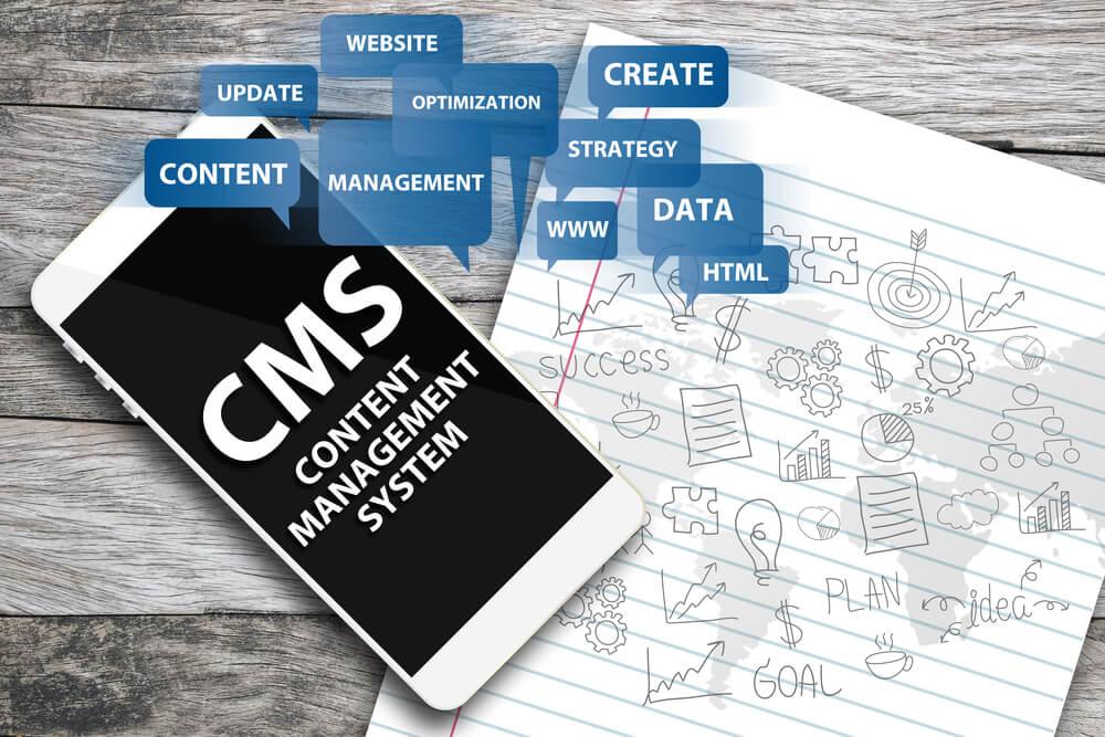 smartphone com sigla CMS e termos relacionados