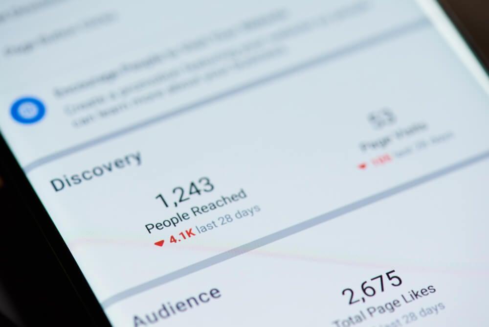 tela de smartphone com numeros de curtidas da pagina e descobertas