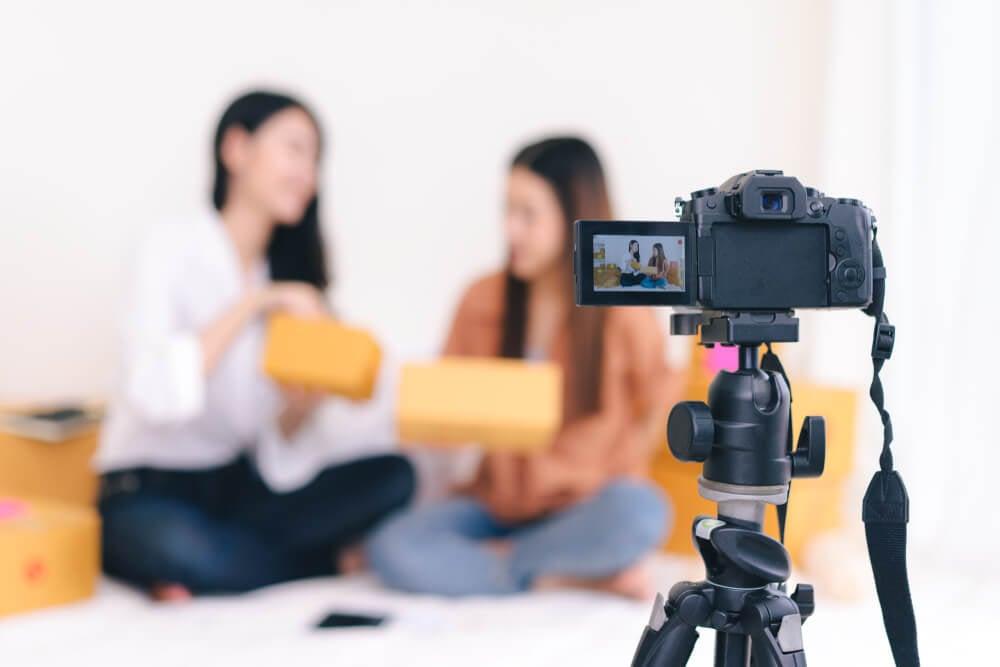 garotas gravando vídeos para bancos de vídeos