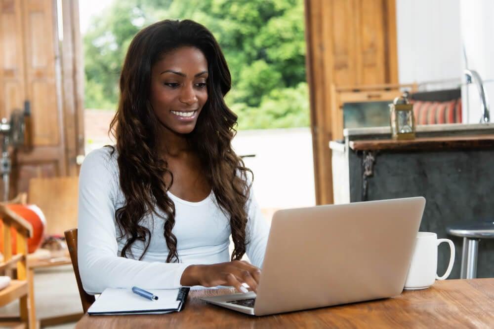 mulher trabalhando em e-commerce
