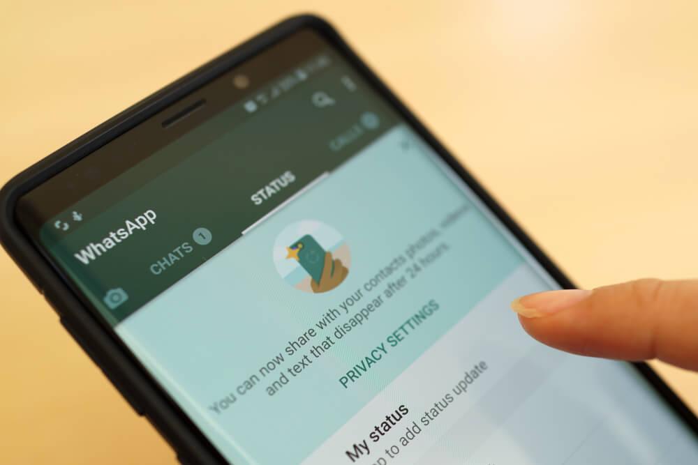 pagina do aplicativo whatsapp em tela de smartphone