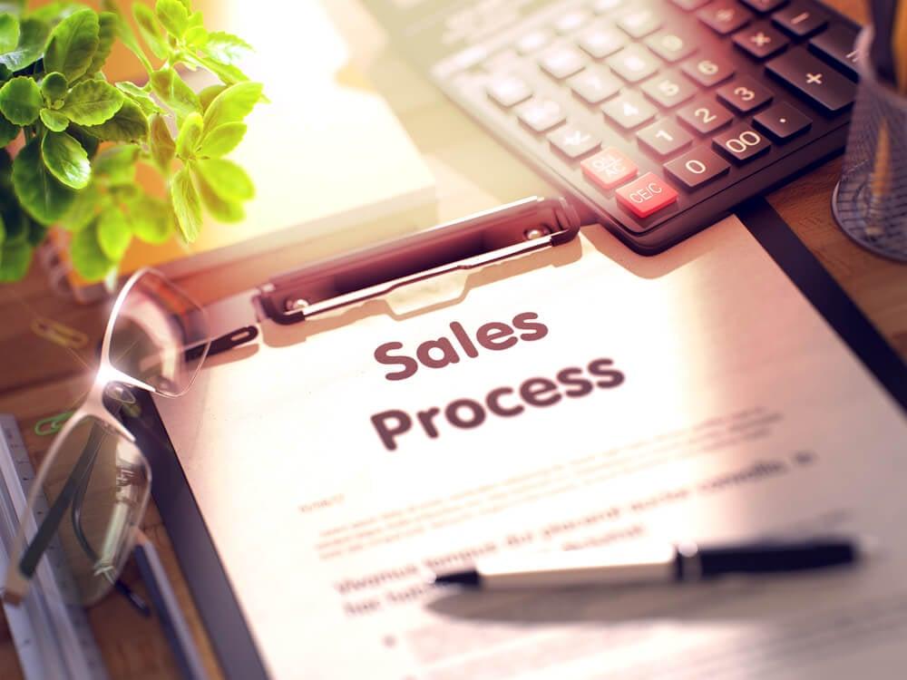 processo de vendas escrito em prancheta