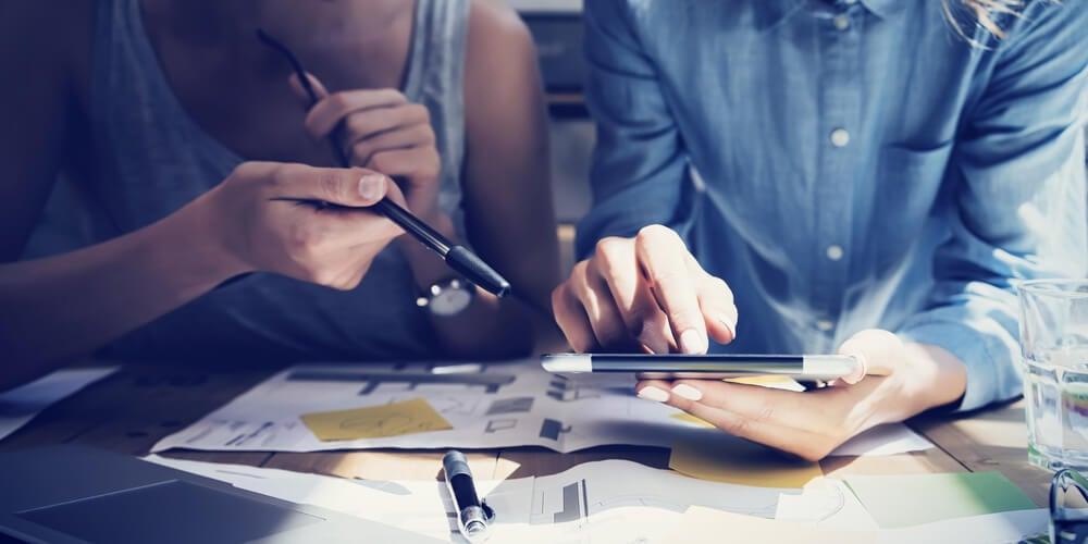profissionais estudando formas de mercadologia