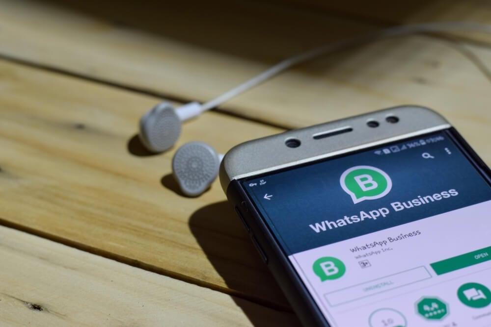 smartphone em mesa com opçao de download do aplicativo whatsapp business em tela