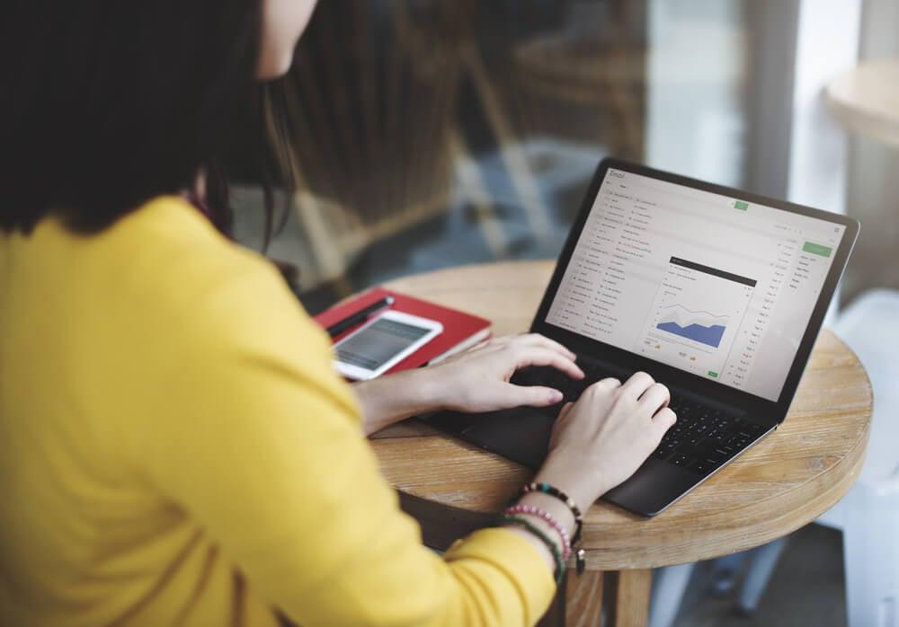 mulher profissional utilizando ferramentas de email marketing