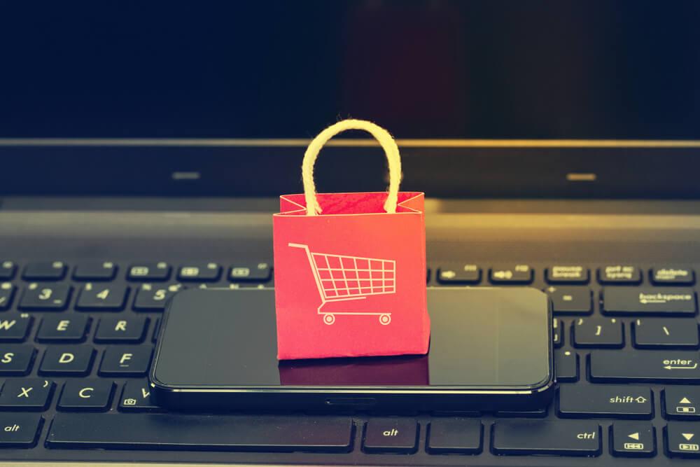 plataformas de ecommerce online em desktop e smartphone