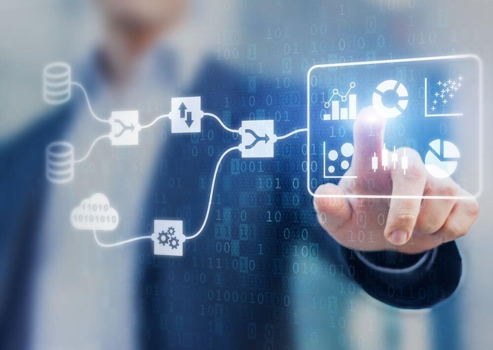 profissional assinalando símbolos referentes a plataformas digitais