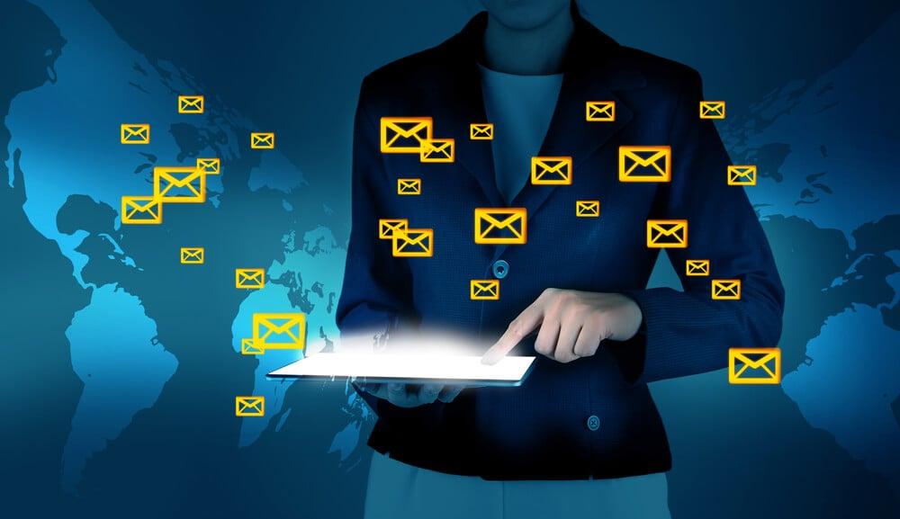 profissional com acesso a ferramentas de email marketing