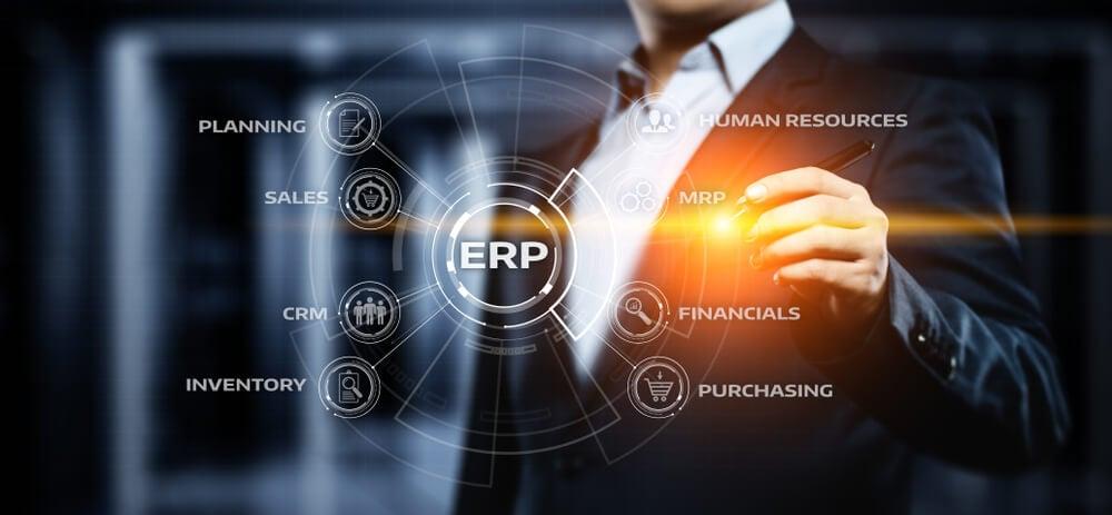 profissional utilizando sistema ERP