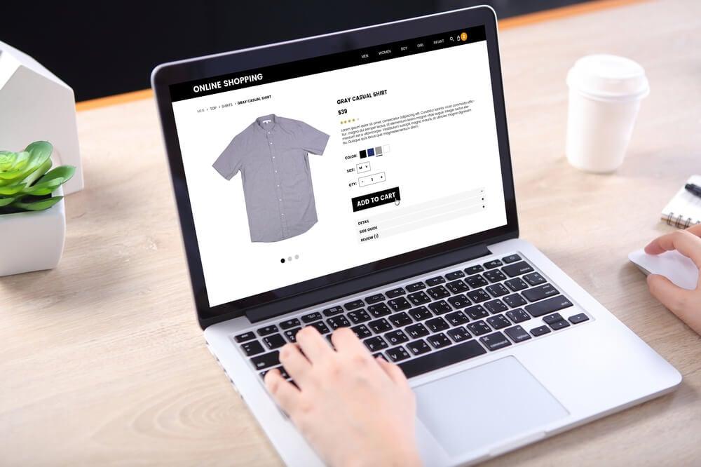 laptopo com site e-commerce em tela