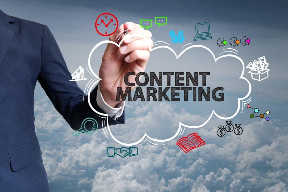 profissional escrevendo título junto de símbolos do marketing de conteudo